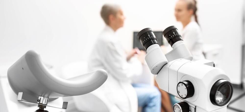 consulta-ginecologia-silla-colposcopio