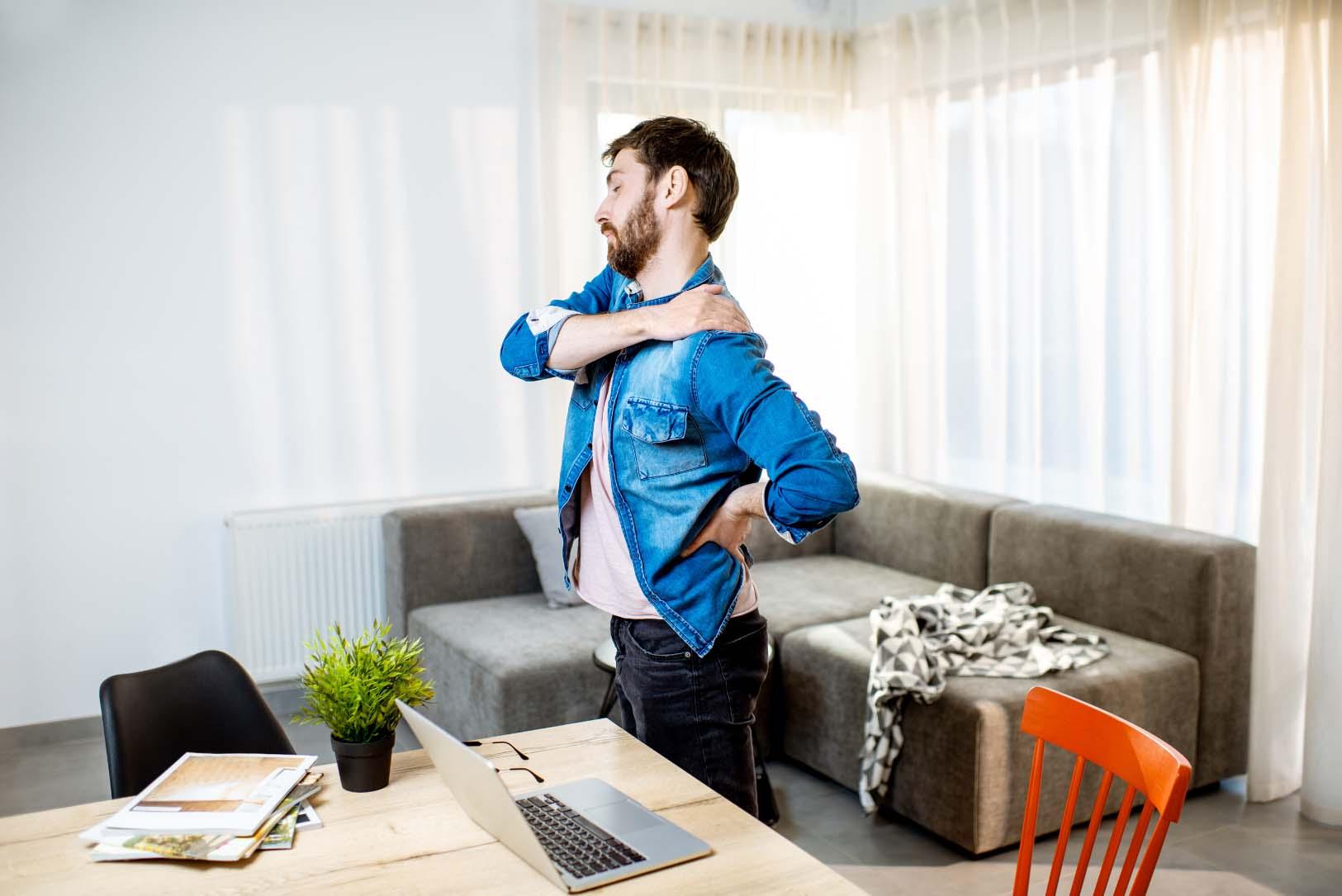 Cómo mantener una postura correcta y evitar el dolor de espalda al trabajar en casa