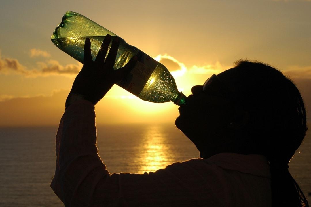 Con la llegada del calor, vigila la hidratación de los más mayores